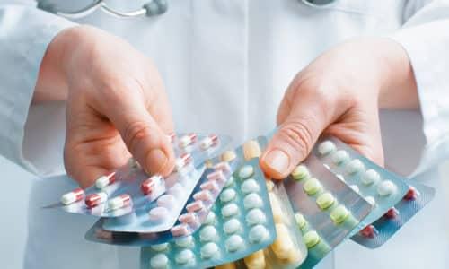 После хирургического лечения и проведения пластики врач назначает медикаментозные препараты и поддерживающий послеоперационный бандаж