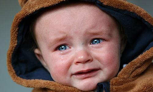 У детей, которые не могут пожаловаться на боль, появляются признаки общего беспокойства – непрерывный крик, общее возбуждение, постоянное стремление находиться на руках у матери