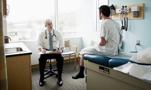 Перед проведением операции мужчина должен обязательно рассказать врачу о наличии хронических заболеваний, аллергии и непереносимости отдельных препаратов, динамике заболевания до посещения специалиста