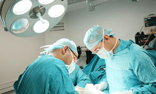 Операция на позвоночнике проводится в том случае, если у больного появляются осложнения и увеличение размера грыжи