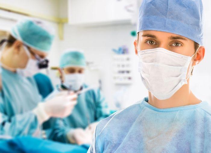хирург в операционной