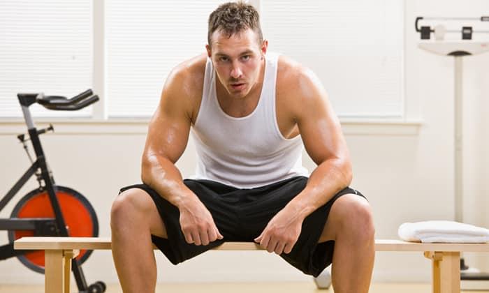 Одной из причин возникновения грыжи могут быть интенсивные физические нагрузки, например, в профессиональном спорте или на работе
