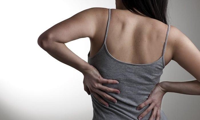 Возможно развитие эпидурита, который сопровождается болями в позвоночнике