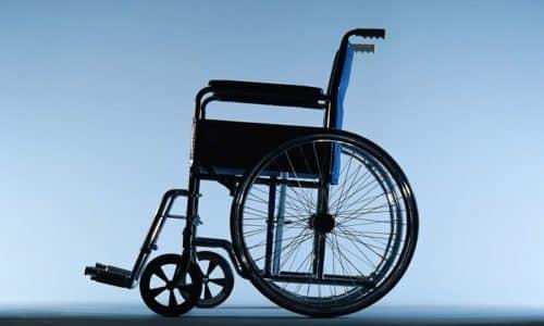 Однако, скорее всего, инвалидом можно стать, если не оперироваться, имея большую грыжу, постоянно сдавливающую нервные окончания