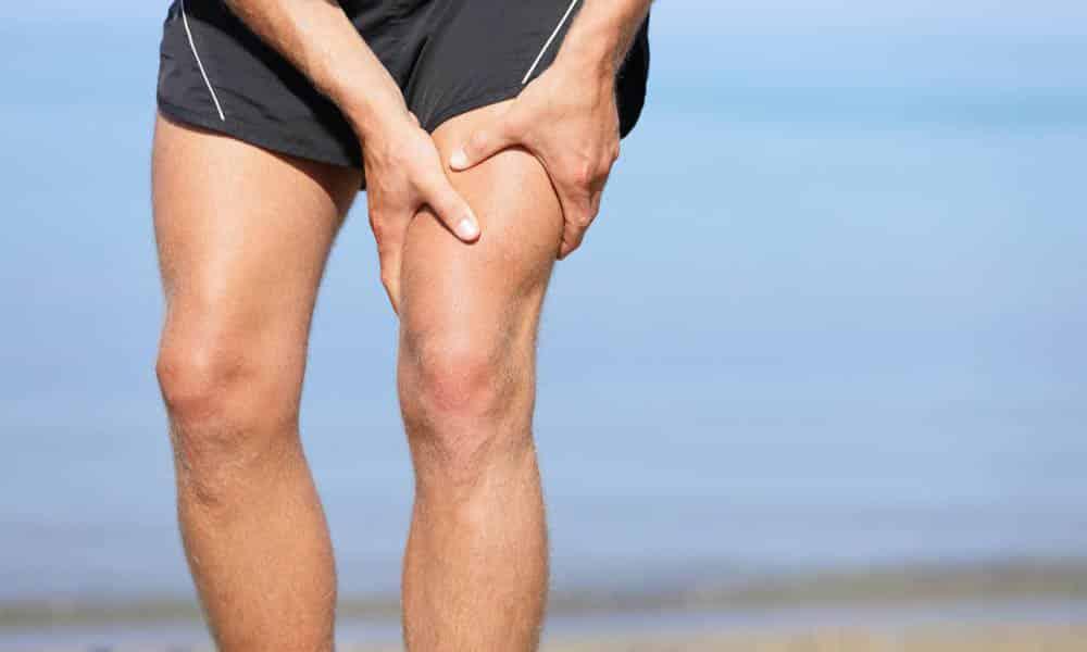У больного с грыжей поясничного отдела могут неметь ноги, боль может иррадиировать в ногу, чаще левую