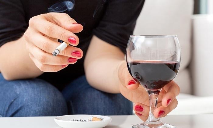 Даже курение и алкоголь могут спровоцировать появление грыжи позвоночника