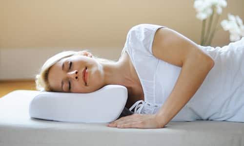 Подушка при грыже шейного отдела позвоночника помогает равномерно распределить нагрузку на позвонки и диски