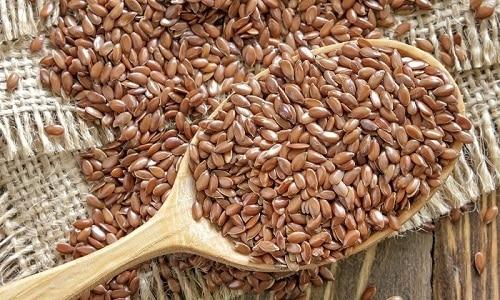 Согревающий и противовоспалительный эффект оказывают ванны с семенами льна