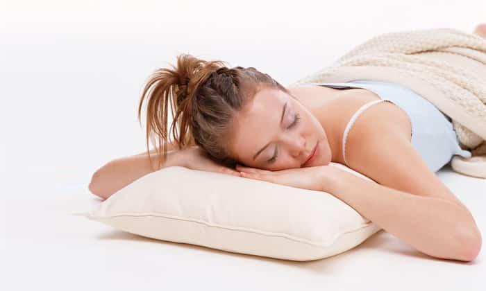 Лучшая поза для сна - на спине или боку. Лежание на животе вызывает искривление позвоночника