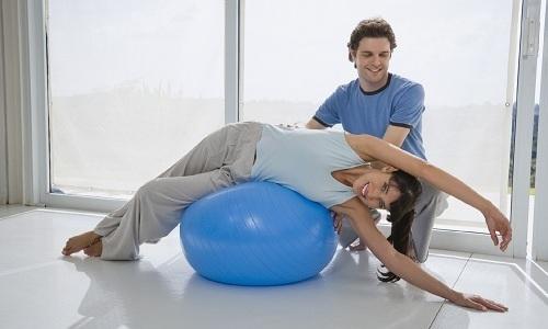 Длительность курса и интенсивность выполнения упражнений корректирует инструктор лечебной физкультуры