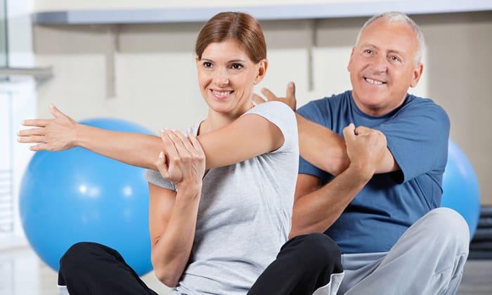 Пациенту назначаются препараты симптоматического лечения, бандаж, физиопроцедуры, ЛФК и массаж