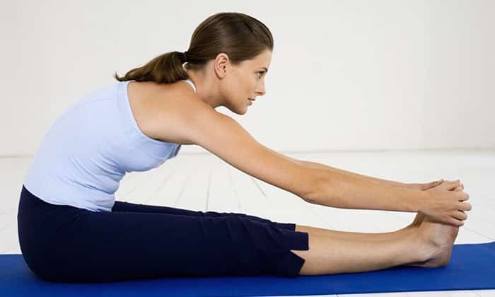 Упражнения при абдоминальной грыже: Сидя на коврике, медленно наклонять туловище к ногам