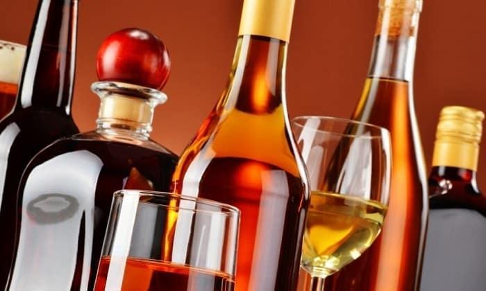 В интересах больного исключить из рациона алкогольные напитки