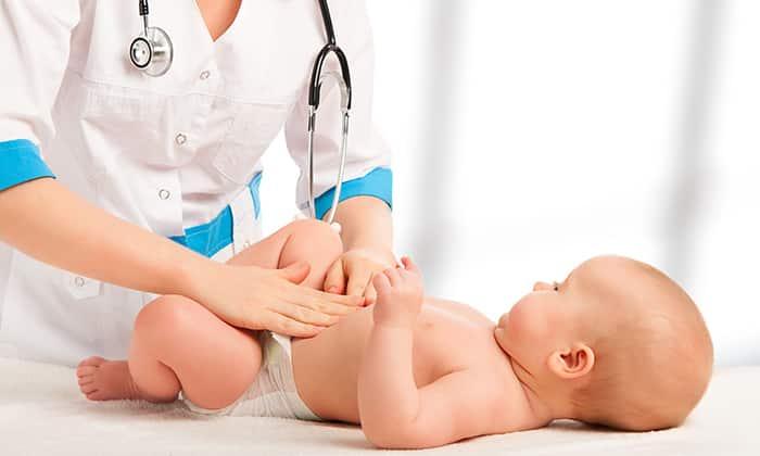 В детском возрасте до 6 месяцев если у новорожденных мальчиков была обнаружена паховая грыжа, то нужно оперировать как можно раньше для профилактики возможных осложнений