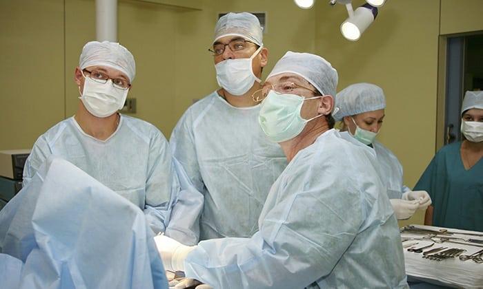 Как только удалось выявить повышение внутриутробного давления и выпирания органов в паховый канал, то у мужчин, назначается плановая или экстренная хирургическая операция