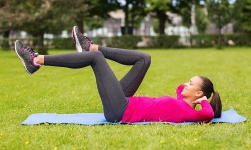 С третей недели после удаления пупочной грыжи нужно начинать занятия гимнастикой, выполняя легкие упражнения на мышцы живота