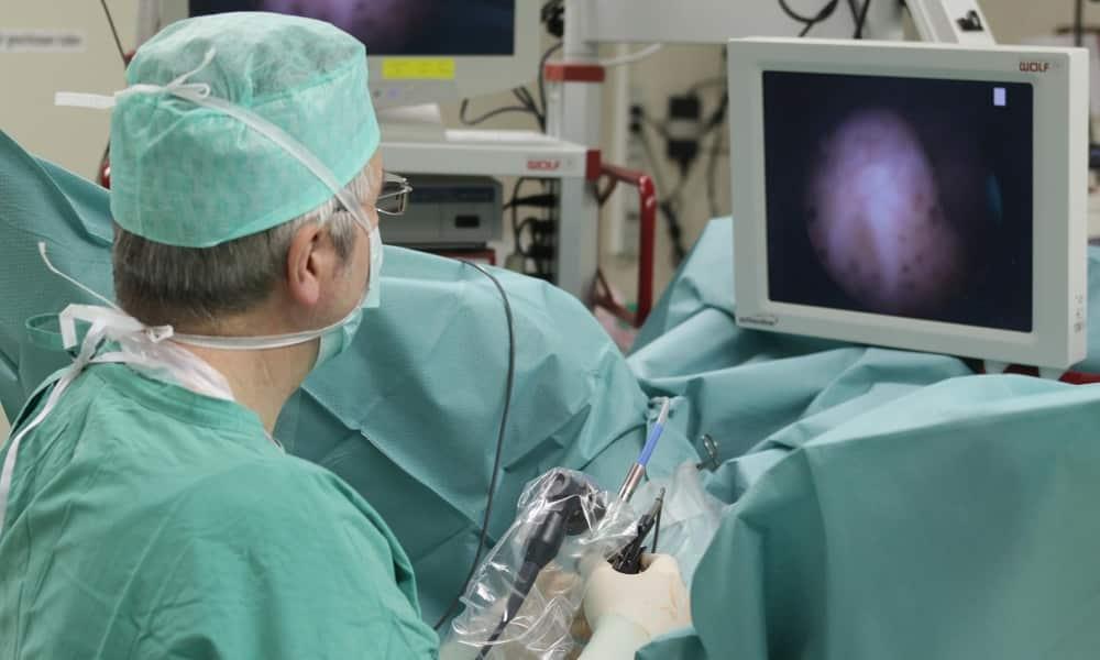 Чтобы поставить точный диагноз, нередко используется цистоскопия