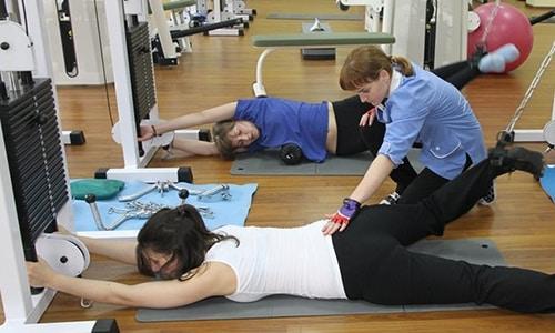 Гимнастикой следует заниматься под руководством специалиста реабилитационного центра, поскольку не все упражнения можно выполнять при этом виде заболевания