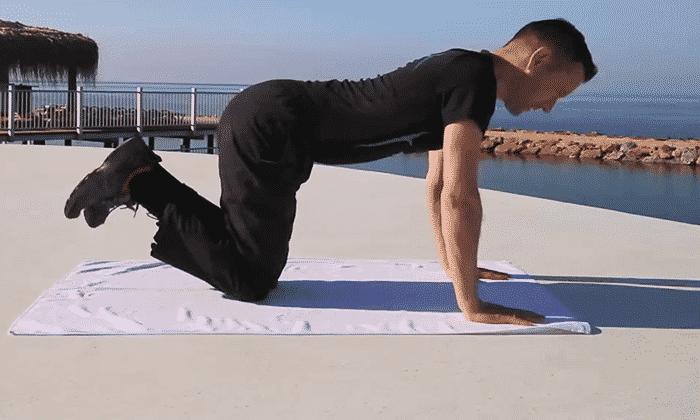 Упражнение №5 - встать на колени, принять упор на руки, ступни ног при этом приподнять, медленно поворачивать таз в одну сторону, а голову и ноги - в другую так, чтобы увидеть конечности
