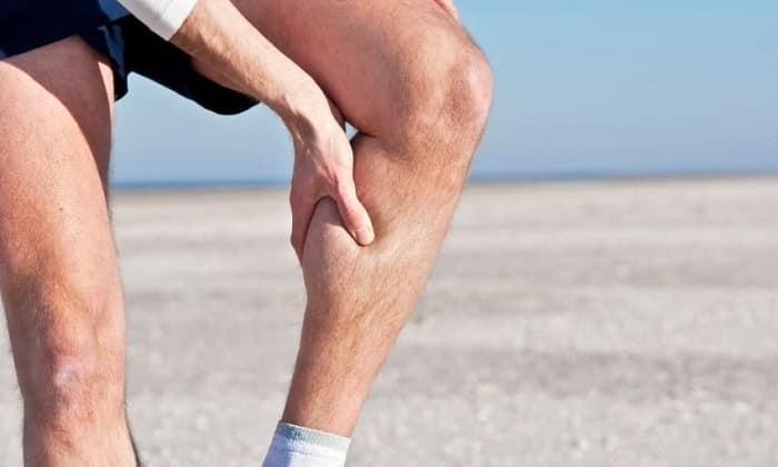 У некоторых пациентов грыжа может выпячиваться внутрь позвоночного канала, вызывая со стороны мышц ног боль