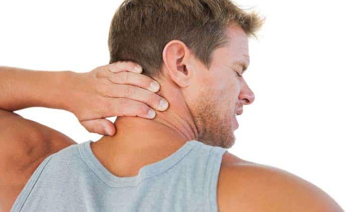 Также больной ощущает дискомфорт в области шеи