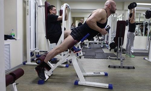 Гиперэкстензия - универсальный тренажер для тренировки мышц спины. Нельзя допускать появления болевых ощущений. Упражнение выполняют без рывков
