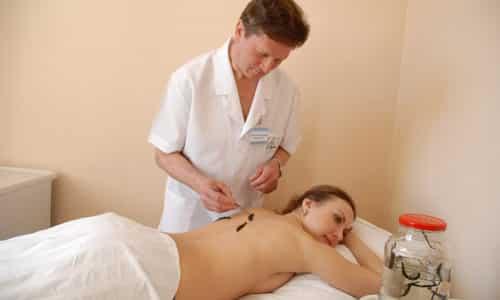 Гирудотерапия – накладывание пиявок на проблемный отдел позвоночника, снимает боли, стимулирует кроветворение, стимулирует иммунные реакции, уменьшает воспаление