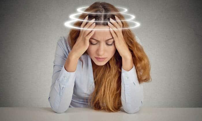 Если грыжа локализуется в шейном отделе, возможны головокружения, головные боли, потемнение в глазах