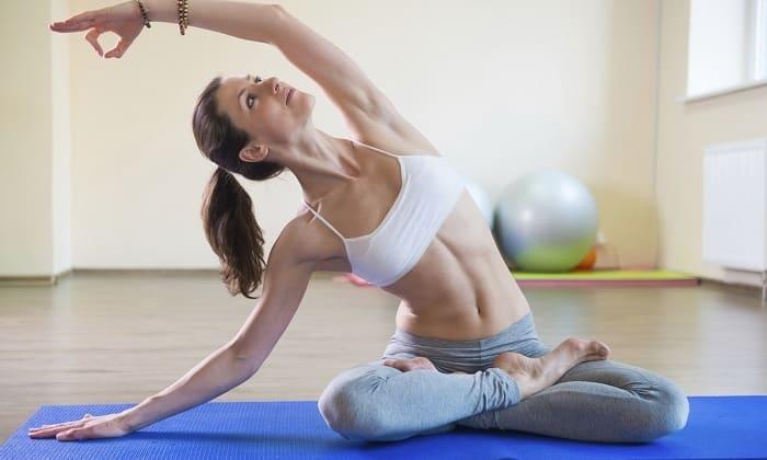 Йога способствует уменьшению болевых ощущений, снятию воспаления и улучшению общего самочувствия человека