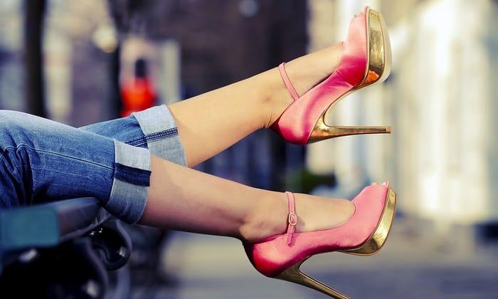Не стоит постоянно носить каблуки. Предпочтение лучше отдать правильной обуви на низкой подошве