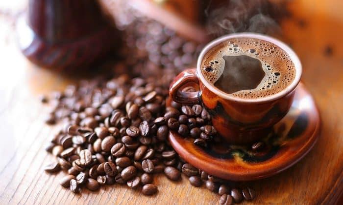 Профилактика боли в спине и суставах предполагает отказ от кофе и крепкого чая