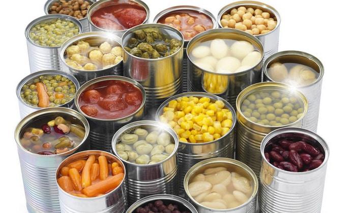 Следует исключить из меню консервированные продукты, содержащие большое количество соли и сахара