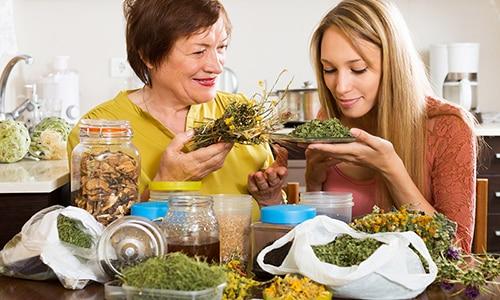 Лечение можно проводить народными средствами в домашних условиях, особенно людям в пожилом возрасте
