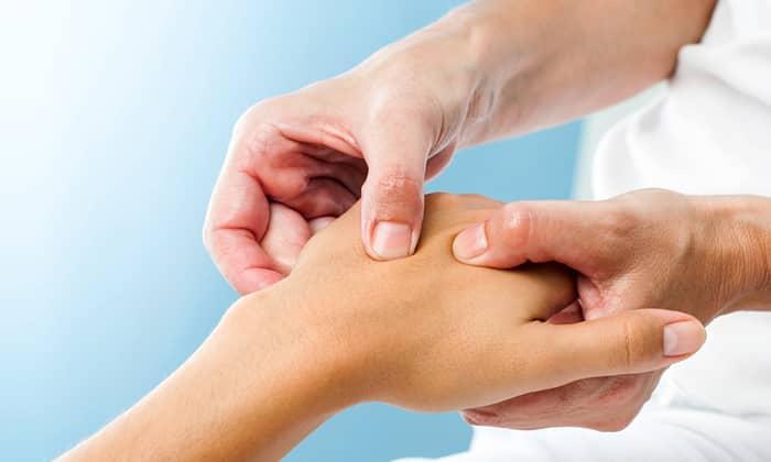 Онемение пальцев рук может происходить на фоне грыжи
