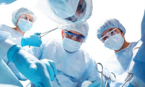 Операция по удалению грыжи шейного отдела позвоночника проводится в том случае, если консервативное лечение оказалось неэффективным