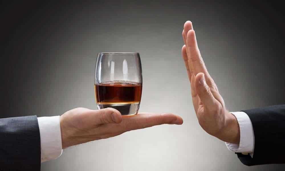 Отказ от употребления алкоголя поможет предотвратить появление грыжи желудка