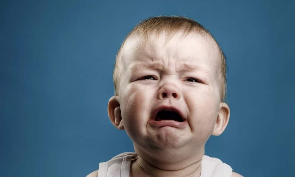 В случае если выпячивание имеет большие размеры, то появляется плач ребенка