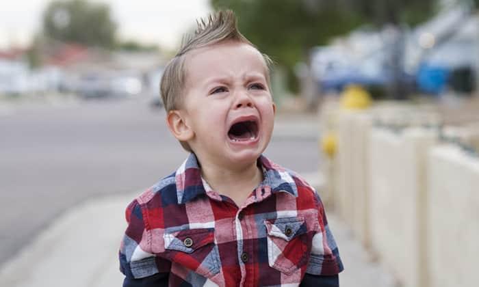 При затяжном плаче повышается внутрибрюшное давление, что способствует развитию защемленной грыжи