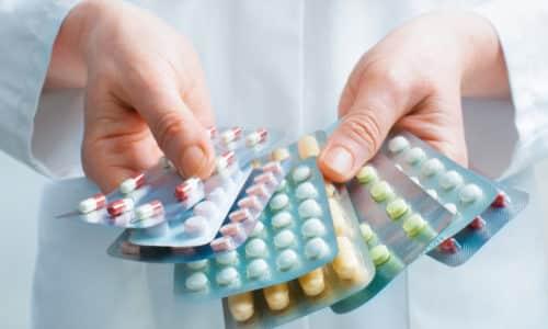 Совместно с физиотерапией показано назначение противовоспалительных препаратов, средств из группы хондропротекторов, витаминных комплексов