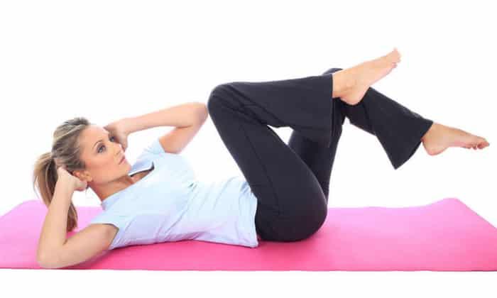 Днем рекомендуется делать лечебную гимнастику, что поспособствует расслаблению мышц при скованности движений
