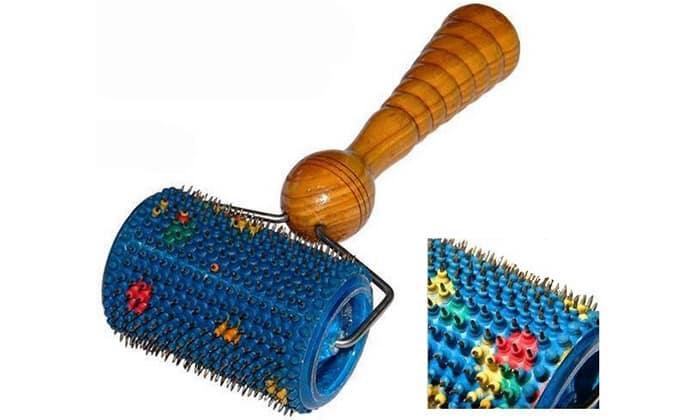 Валик для шеи наиболее удобен для применения при патологиях шейного отдела позвоночника, т.к. обеспечивает достаточный подъем аппликатора к пораженному участку