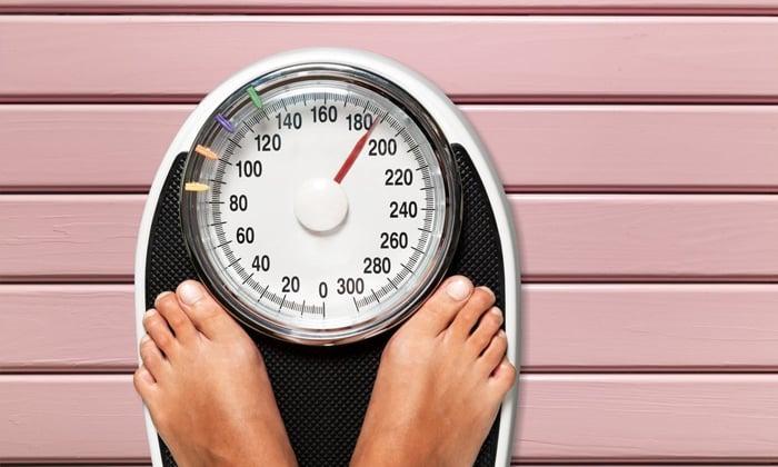 Систематическое выполнение упражнений на тренажере снижает вес