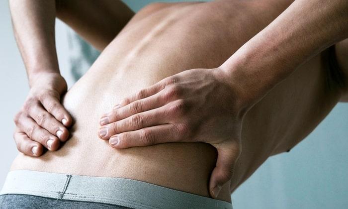 Симптомом может быть боль в поясничном отделе позвоночника